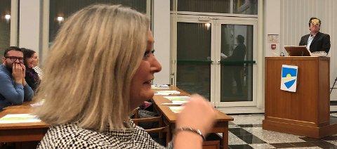 Mona Nilsen, nå gruppeleder i fylket, brøt ut i latter. Hun ledet kommunevåpen-debatten i nye Narvik – og lot seg underholde.