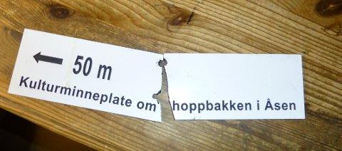 Søndag fann Harry Solberg dette skiltet knekt i to i Eidesåsen. Han fortel at det er andre gong nokon har gjort hærverk på det.