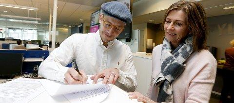 AVTALEN SIGNERT: Sponsorsjef André Ernst Grønås skriver under på avtalen med Kulturnatt og Tina Røvær. FOTO: ALFRED AASE