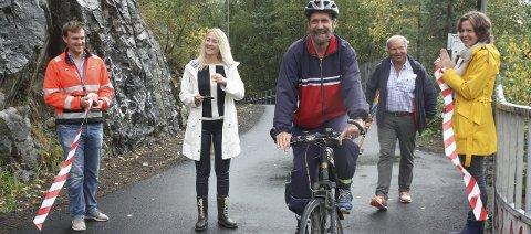 Festivitas:  Tom Torfoss tester ny sykkelvei etter snorklipp ved Fredrik Holtmoen, Siv Kaspersen, Per Skjærholt og Anna LIna Toverud. FOTO: VIVI RIAN