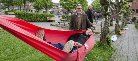 Nytt bidrag: De to initiativtagerne Håvard Refsdal fra Ski kommune (i hengekøya) og Thorstein Granly mener Ski fortjener fem hengekøyer. FOTO: KARI KLØVSTAD