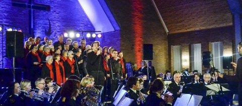 Julestemning: Ullerål kirke ble fylt med julestemning. Her spilles og synges «Do They Know It`s Christmas,» med Ola Høydal og Trygve Westheim som solister.