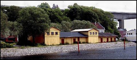 Før:  Juni 2002. Ikke så lenge siden. Men du verden, så forandret til i dag. Det gamle havnelageret er jo borte. Og mye av vegetasjonen rundt det. Mange minner fra dette, mitt barndoms oppvekstområde. Når jeg ser bygget helt til høyre i bildet, tenker jeg tilbake på tidlig 60-tallet. I dette bygget var det posthus, med store speilglass-vinduer. Jeg var på vei til byen,som liten guttepjokk, med min gode far. Mulig jeg var seks år. Og vi gikk så klart, bil hadde jo ikke vi da, i 1963. Jeg hadde i mange år en ubendelig trang til å kaste stein, snøballer, baller, ja, alt som falt godt inn i høyrehanda. Og like før dette posthuset, med store speilglassruter, ligger det en fin stein. Klarer ikke å la være, tar den opp, og pælmer den i ruta. Gode far står som et spett av skrekk, dårlig med penger på den tiden, og formelig ser tusenlappenene flagrer nedover Glomma. Lykken står oss bi!!! Ruta holder, og farsan ble så glad. Fikk ikke kjeft engang. Bra mann, faren min.   IPTC-informasjon:     Byline:   JARL MORTEN ANDERSEN    Bildetekst:   Før og Nå. Juni 2002. Ikke så lenge siden. Men duverden, så forandret til idag. Det gamle havnelageret er jo borte. Og mye av vegetasjonen rundt det. Mange minner fra dette , mitt (undertegnedes) barnoms oppvekstområde. Når jeg ser bygget helt til høyre i bildet, tenker jeg tilbake på tidlig 60-tallet. I dette bygget var det posthus, med store speilglass vinduer. Jeg var på vei til byen,som liten guttepjokk, med min gode far. Mulig jeg var seks år. Og vi gikk så klart, bil hadde jo ikke vi da, i 1963. Jeg hadde i mange år en ubendelig trang til å kaste stein, snøballer, baller, ja, alt som falt godt inn i høyrehanda. Og like før dette posthuset, med store speilglassruter, ligger det en fin stein. Klarer ikke å la være, tar den opp, og pælmer det i ruta. Gode far står som et spett av skrekk, dårlig med penger på den tiden, og formelig ser tusenlappenene flagrer nedover Glomma. Lykken er !!! ruta holder, og farsan så glad. Fikk ikke kjeft enga
