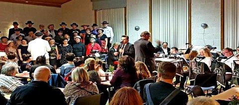 Mye folk i Rensvik samfunnshus på jubileumskonserten. (Foto: privat)