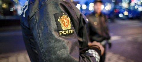 Politiet fikk både slengt ukvemsord og slag i ansiktet i natt.