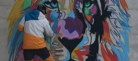 GRAFFITI: Løva har også vokst fram på en av betongveggene ved senteret - signert grafittikunstner Fredrik Olsen.