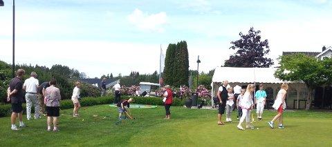 Golfkarusellen arrangeres ved golfhuset på Nordre Belsjø fra klokken 12 til 14 på søndag, og deltagerne får prøve seg i ni forskjellige øvelser. Bildet viser aktiviteter på putting-green'en.