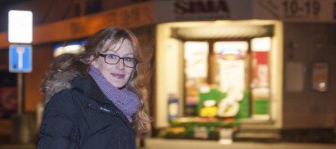 – ingenting å frykte: Anita Helmine Hansen har bodd på Holmen i fem og et halvt år. Hun er ikke enig med den store andelen av kvinnelige innbyggere som føler seg utrygge i området.