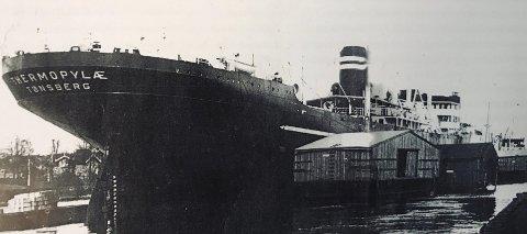 Vraket etter 23 år: Mv Thermopylæ fortøyd i bøyer utenfor Prestelandet. Skipet ble bygd ved Akers Mek. Verksted i Oslo i 1949 for skipsreder Wilhelm Wilhelmsen. Skipet hadde 5 lasterom og var utstyrt med 19 bommer og 17 vinsjer. Etter 23 års tro tjeneste, ble Mv Thermopylæ hugget opp i Taiwan i 1972.