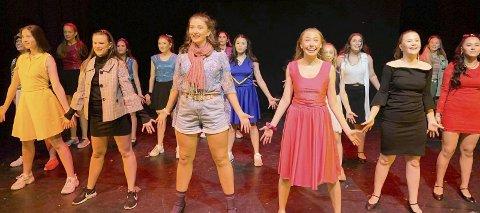 Sang og dans: Elevene på 10. trinn valgfag sal og scene, setter opp Legally Blonde jr., med premiere torsdag.