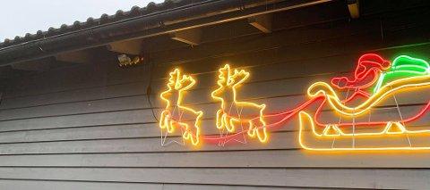 TOMT FORAN RUDOLF: Foran reindyrene og sleden hang det et helt nytt God jul-skilt og lyste opp førjulstiden for små og store i IOGT-barnehagen i Haugesund. I helgen har skiltet forsvunnet.