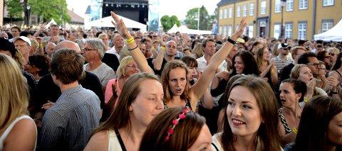 Folkefest: 26.000 solgte billetter er resultatet etter årets Kongsberg Jazzfestival. Her er begeistrede fans på lørdagens konsert med Highasakite.foto: jan storfossen FOTO: JAN STORFOSSEN