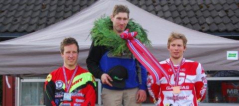 NM-SØLV: Anders Becker Johansen (t.v.) tok sølv i NM i enduro. Gullet gikk til Kjetil Gundersen og bronsen til IB Vegard Andersen. (FOTO: ANDERS HØRTVEDT)