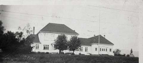 Haugestad var et av stedene i bygda der hjelp til søm av klær fant sted. Bildet er trolig fra slutten av 1920-årene.