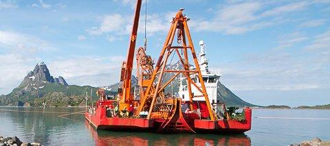 Nautilus Maxi: Seløy Undervannsservice har fått oppdraget med å heve flyet utenfor Svolvær Lufthavn. Lekteren er konstruert for heving og senking av undersjøiske installasjoner.