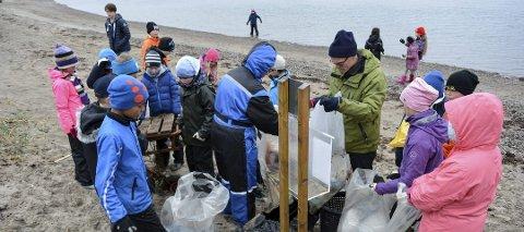 RYDDE: Blekkulfklubben inviterer til strandryddedag på Jeløy søndag. Bildet her er fra i fjor da elever i Råde-skolen ryddet strender på Oven.