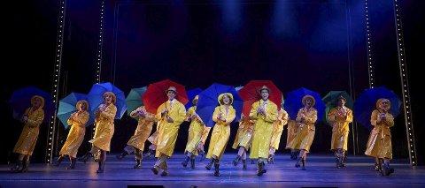 Hele ensemblet er et stort overskuddsfenomen på scenen i plaskende regnvær.