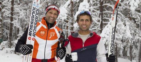 FORNØYD MED SKISPORET: Steve Green, opprinnelig fra Canada, og Kaveh Jofaery, opprinnelig fra Iran, stortrives i skiløypene i Kjekstadmarka, og oppe ved FROS-hytta snur de for å ta returen til Kjekstad som er utgangspunktet.