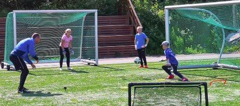 TALENTER: Den spanske treneren Angel Lopez Rubio  trente unge keepertalenter på kunstgresset til Huringen IF.