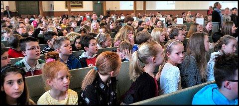 SANG: Vintersangfest er en årlig tradisjon i Sarpsborg. Tirsdag var mer enn 400 barn med på allsang i Tune kirke.