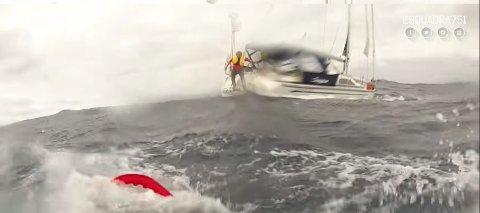 Her er Svein Waagbø i ferd med å hoppe i sjøen for å bli heist opp av redningsmannen på den portugisiske redningstjenestens helikopter.