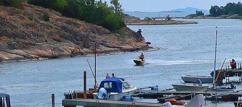 HØY FART: Her kommer det en vannscooter i høy fart med et barn foran. Bildet er tatt i i Årøysund.