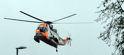 Helikopter fra Luftforvarets Redningtjeneste ble satt inn. Lander her på skoleplassen på Tynset, like ved Tynset sjukehus.