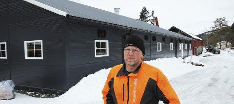 Langt lerret å bleke: Jon J. Nordvik sier han har kjempet for å få lagt om vegen siden han overtok garden i 2005.