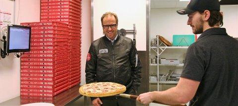 WHAT: En rund pizza er klar for en firkantet eske. Hvorfor?