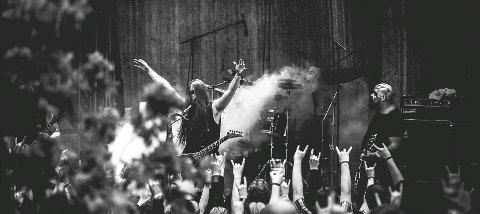 MORK: Her fra Tons of Rock-festivalen i 2016. Nå har Halden-artisten signert med britisk plateselskap.