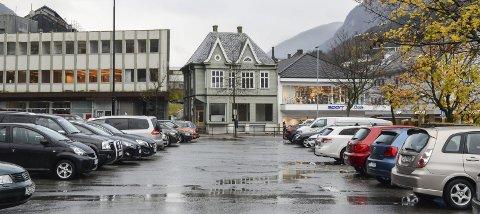 Innføringa av parkeringsavgift i Odda sentrum er sterkt omdiskutert. No har Fylkesmannen gjennomført lovlegkontroll av eit vedtak i saka.  Arkivfoto