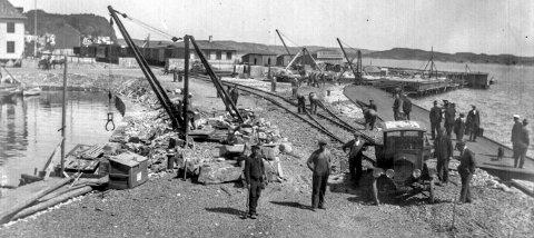 Jernbanespor legges til Dampskipsbrygga i 1928: For 90 år siden, i desember 1927, ble Kragerøbanen åpnet. I tillegg til jernbane og en stor og fin stasjonsbygning, førte også anleggelsen av jernbanen til andre store forandringer langs sjøsiden. En viktig del i opplegget var jernbanekaia. Her kunne båter komme til kai og føre lasten direkte opp på jernbanevogner. Dette førte igjen til at Kragerø i ettertid fikk en ny attraksjon med Blindtarmen. I dag er denne lille båthavna et av Kragerøs signatursteder.
