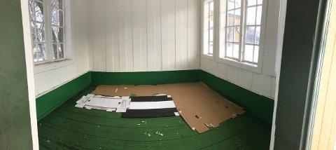 Sov på gulvet: Onsdag morgen var det bare papp som ble brukt som liggeunderlag, som lå igjen etter de omreisende.