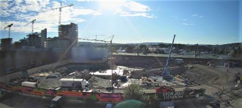 STOR AKTIVITET: På byggetomta i Lillestrøm sentrum er det full fart om dagen. Til venstre ser man bunnplaten for Tårnhus 1, mens Tårnhus 2 - som blir 19. etasjer høy - kommer der den blå krana står på bildet.