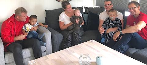 BESØK: Jeanett Larsen og mannen Magnus Vik fikk besøk av Arbeiderpartiets Jan Atle Toft og Eivind Arnt Husøy. Familien har godkjent tekst- og bildebruk.