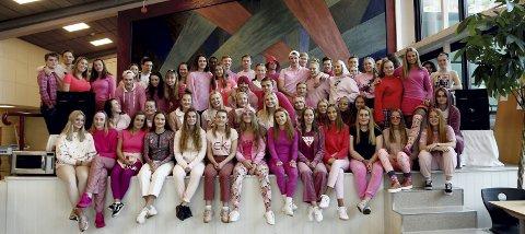 Rosa Sløyfe: Ottarussen markerte Rosa Sløyfe-aksjonen med rosa klær og salg av rosa vafler til inntekt for aksjonen.