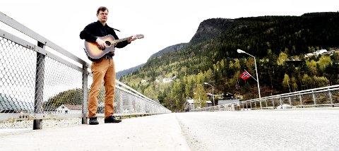 Synna brue: Vebjørn Bråthen er oppvokst «synna brue» på Otta. Nå 26 år etter at han flyttet fra Otta, gir han ut musikk – på norddøl.