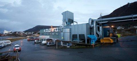 FLIS-VARME: Industribedriften NOVA i Tromsdalen varmer opp produksjonshallen med blant annet flis og rester fra produksjonen. En tidligere ansatt hevder at det hvert år blir brent flere tonn med overflatebehandlede materialer i ovnen. Naboene klager på illeluktende røyk. Foto: Ola Solvang
