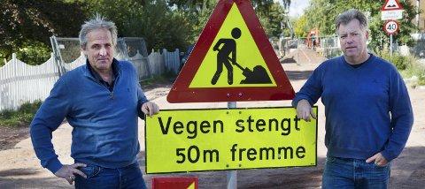 Krevende år: Tore Hogganvik og Trond Ivar Kværnerud t.h.) har drevet butikk i stengt gate i et år: – Vi ble lovet oppfølging. Det har vi ikke fått. Foto: Håvard Solerød