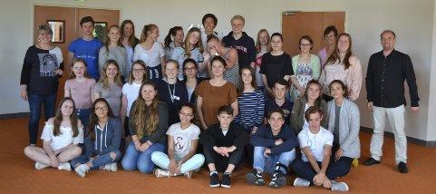 Norsk/fransk møte: Norske og franske skoleelever, med (til venstre) rektor Anne Lapret ved «Collège Joachim du Bellay» … og til høyre vår kontakt Johan Ouvrard.8Leserfoto