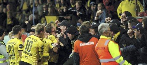 Til himmels: Arnor Smárason tenkte kun på feiringen med fansen før han skjøt straffen i mål. Betydningen av sparket var enorm. Foto: Sjur Stølen. Digitalsport