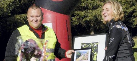 GLADE: Det var mange som ble glade da Kolbjørn Johansen ble tildelt Hurum kommunes frivillighetspris under Rødseterpytten rundt søndag.Foto: Anniken Røil