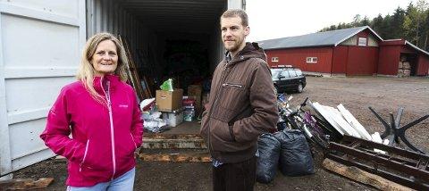 UTSTYR til Afrika: Monica Edland fra Sande og Stefan Solberg fra Holmestrand viser containeren med utstyr. Det er ikke mulig å se den på bildet, men helt innerst i containeren står det en minibuss.Foto: Lena Malnes