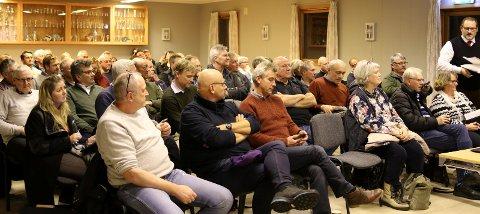 BARE ÉN FOLKEVALGT: Christina Berg (Ap, i venstre billedkant) var den eneste politikeren som møtte opp da gigantplanene for B2-feltet i Skafjellåsen ble presentert like før jul. Fraværet av flere skapte reaksjoner.
