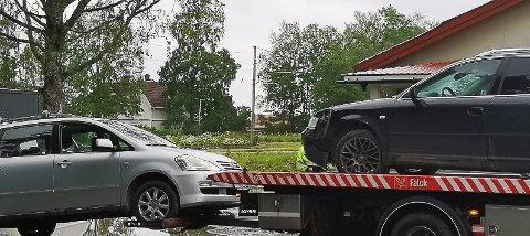 Bergingsbilen frakter bort begge personbilene.