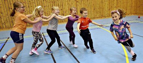 Lek og moro: Sofie Bulea (til høyre) og de andre barna på minigruppa til Kristiansund Håndballklubb har det moro på trening når de møtes i Nordvesthallen hver mandag.