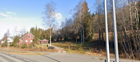 HØYNER BUDET: De to aktuelle arealområdene ligger i området bak dette huset i Reinsvollvegen og i retning Dragerlia/riksvei 4.