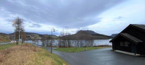 TREKTE MOT SENTRUM: Reinseanlegget ligg på Svelaodden. Klagaren meinte at skum frå overløpet ved anlegget blei frakta med vinden bort til Vikeså sentrum.