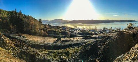UT MOT FJORDEN: Både Instetunet nord, som ligg nærast kameraet, og Instetunet sør som ligg nærare sjøen skal byggast slik at alle får utsikt mot Solheimsfjorden.