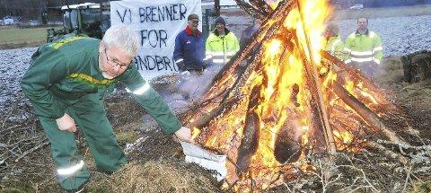 BRENNER for landbruket og brenner landbruksmeldingen:Under aksjonen på Råmyra puttet likegodt leder Per Jacob Ølstad hele meldingen på bålet. Foto: Øivind Eriksen